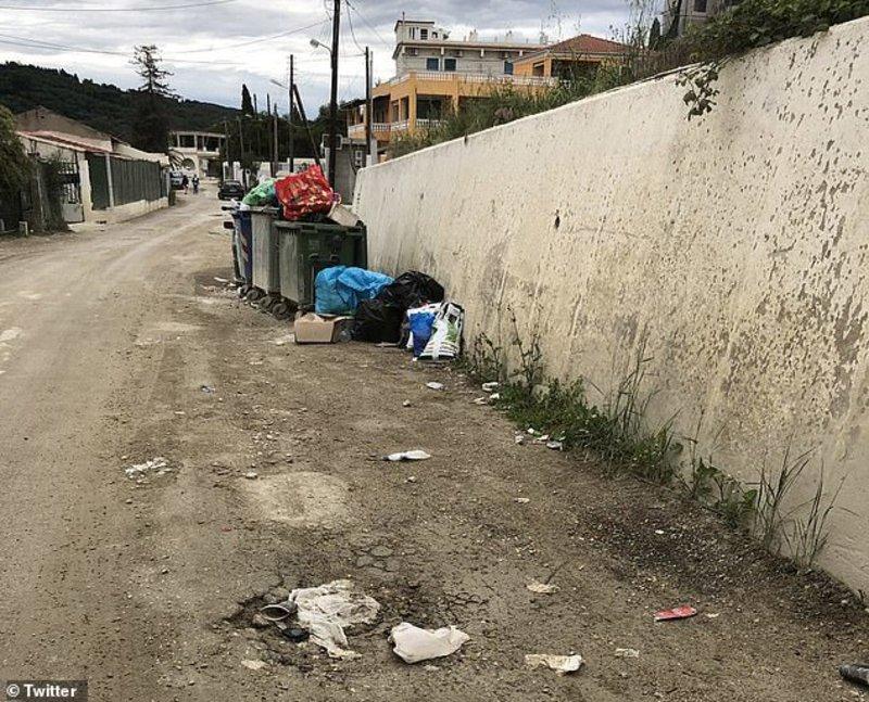 Μια ακόμη εικόνα με τα σκουπίδια στους δρόμους γύρω από το ξενοδοχείο