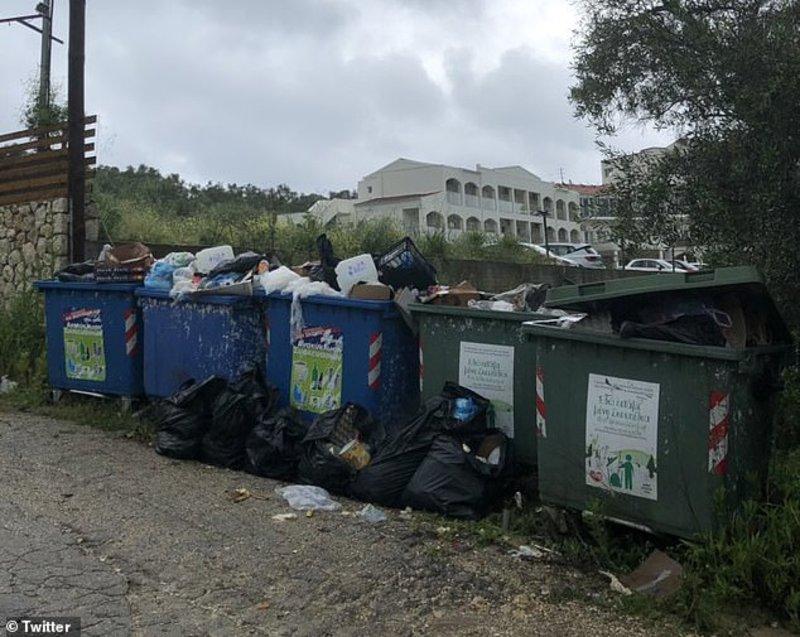 Κάδοι γεμάτοι σκουπίδια δίπλα στο ξενοδοχείο