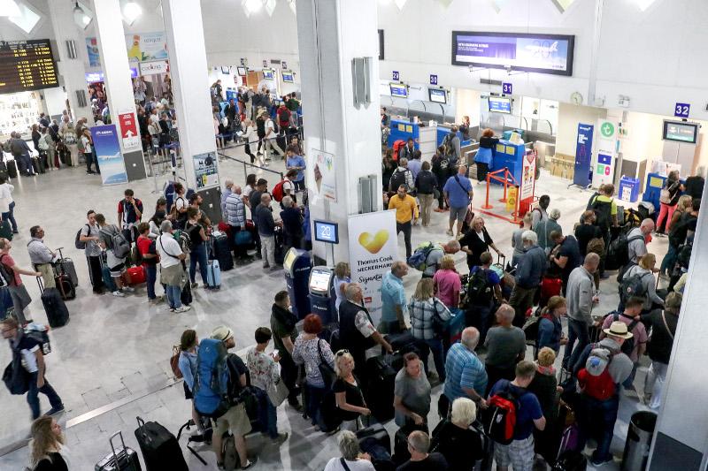 Πλήθος τουριστών στο αεροδρόμιο της Κέρκυρας