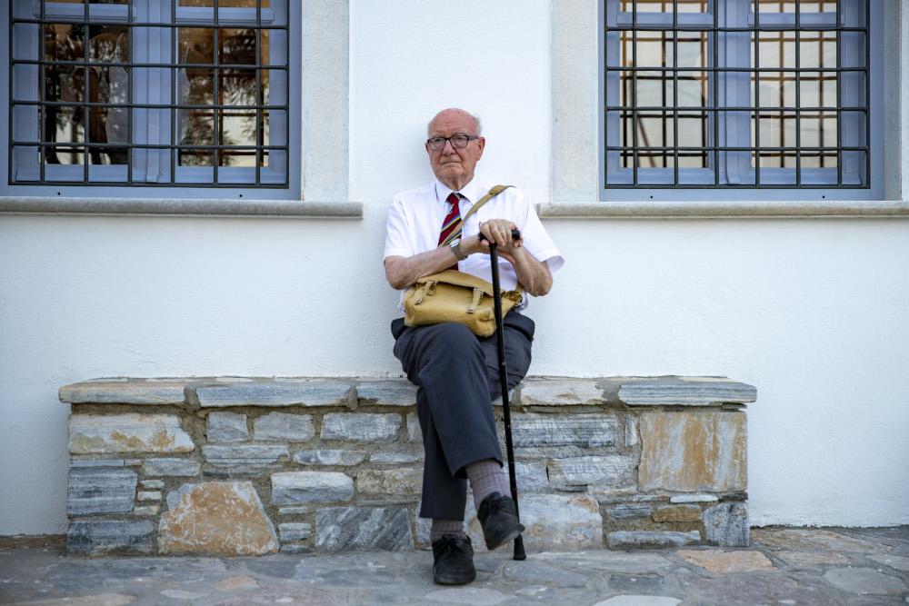 Ο καθηγητής αρχαιολόγος Κόλιν Ρένφριου έξω από το δεύτερό του σπίτι, το σχολείο στο Κουφονήσι, εκεί που στεγάστηκαν τα ευρήματα από την ανασκαφή στην Κέρο και το Δασκαλιό