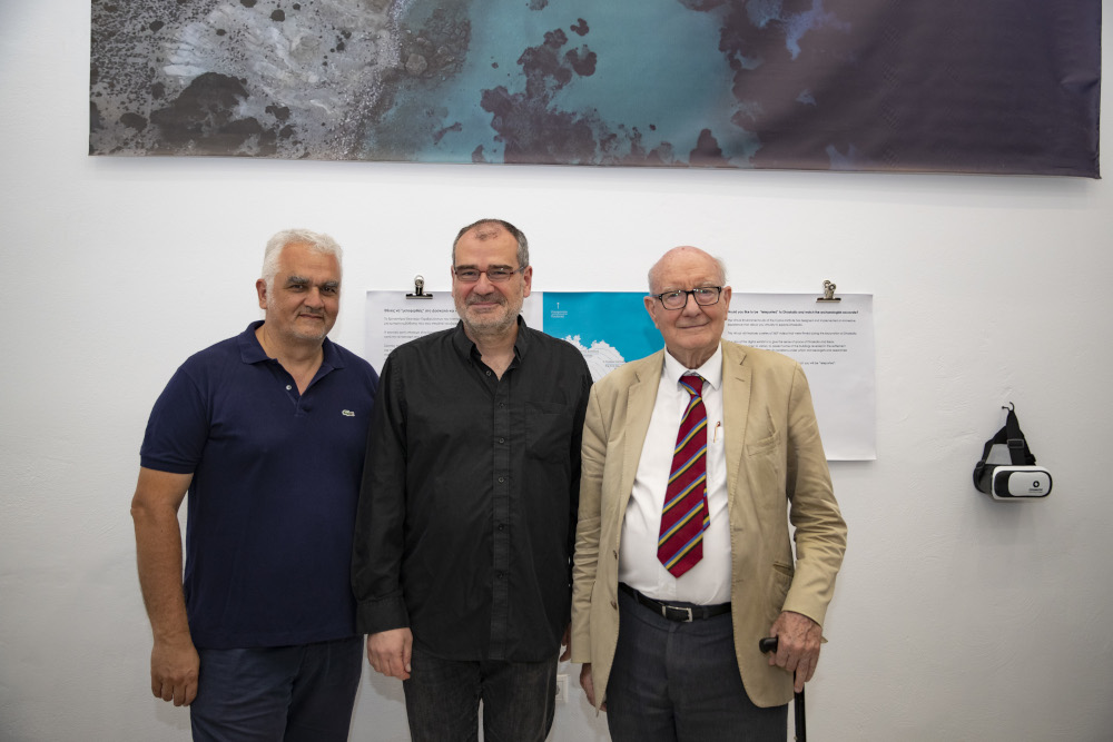 Ο προϊστάμενος της Εφορίας Αρχαιοτήτων Κυκλάδων Δημήτρης Αθανασούλης με τους αρχαιολόγους Μάικλ Μπόιντ και Κόλιν Ρένφριου