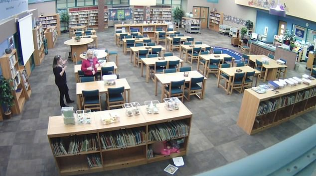 Το κοριτσάκι είχε κρυφθεί σε ράφι της βιβλιοθήκης, όπως διακρίνεται στο στιγμιότυπο στο κάτω μέρος της φωτογραφίας.