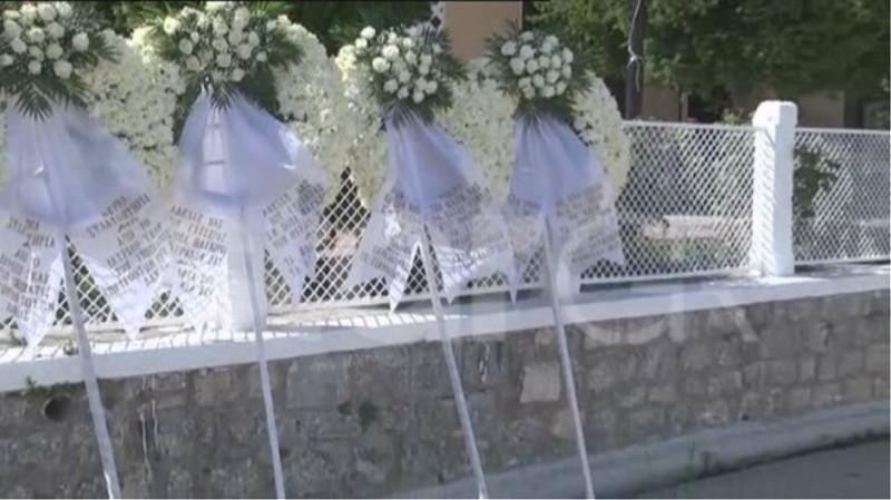 Τα στεφάνια στην κηδεία των δύο αδελφών / Φωτογραφία: Star.gr