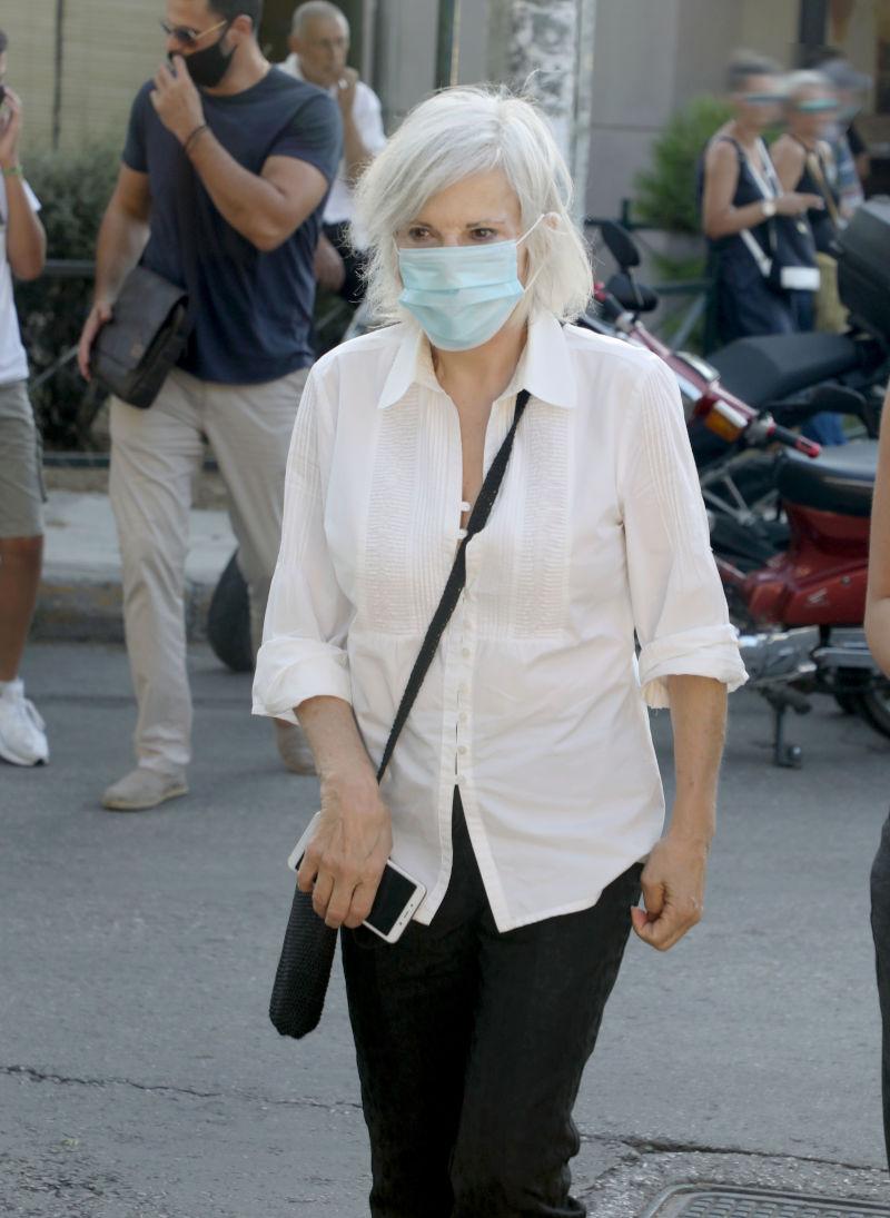 Με μάσκα στην κηδεία του Γιάννη Πουλόπουλου, η τραγουδίστρια Ελένη Ροδά