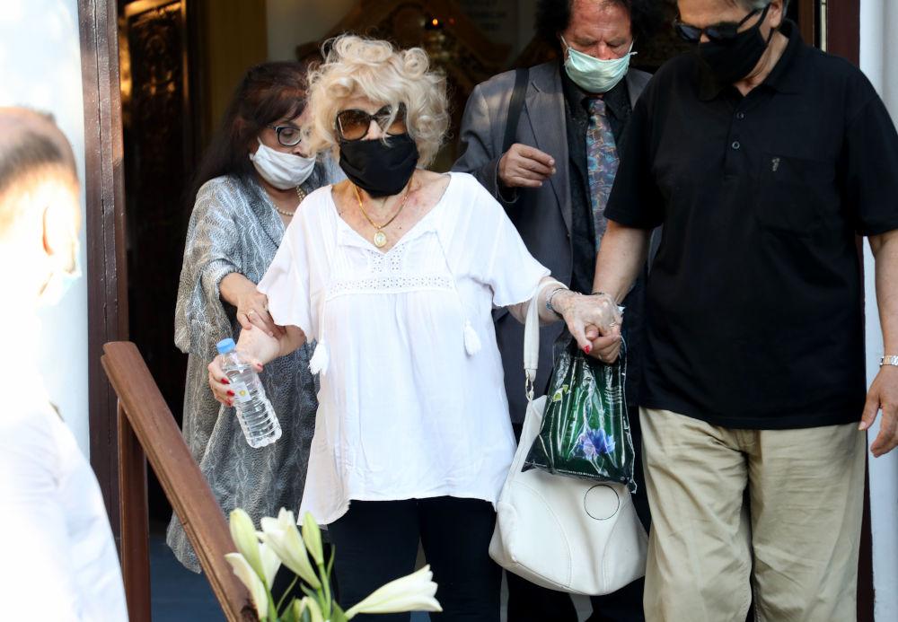 Η Καίτη Γκρέι με μάσκα για τον κορωνοϊό στην κηδεία του Γιάννη Πουλόπουλου