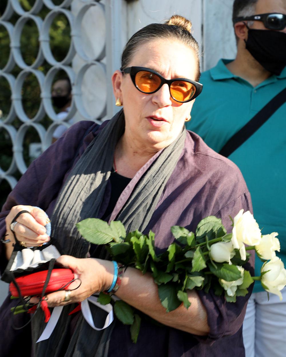Με λευκά τριαντάφυλλα στην αγκαλιά παρέστη στην κηδεία του Γιάννη Πουλόπουλου, η στιχουργός Λίνα Νικολακοπούλου