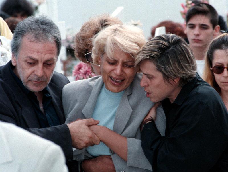 Η μητέρα της Αμαλίας Γκινάκη, σπαράζει στην κηδεία της κόρης της