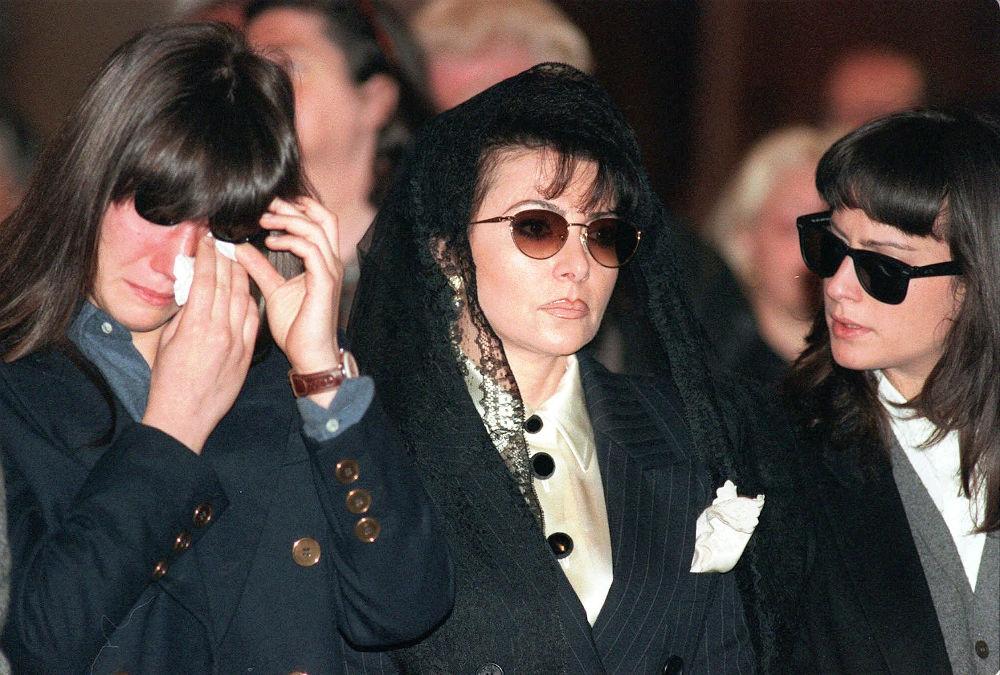 Η Πατρίτσια Ρετζιάνι με τις κόρες της στην κηδεία του πρώην συζύγου της, πριν αποκαλυφθεί πως εκείνη ήταν η ηθικός αυτουργός της δολοφονίας του Gucci