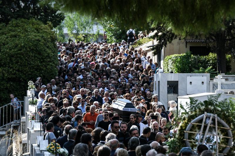 Εκατοντάδες κόσμου στην κηδεία του Λαυρέντη Μαχαιρίτσα