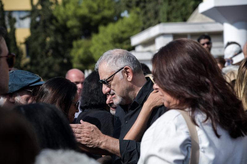Ο Νίκος Πορτοκάλογλου στην κηδεία του Λαυρέντη Μαχαιρίτσα