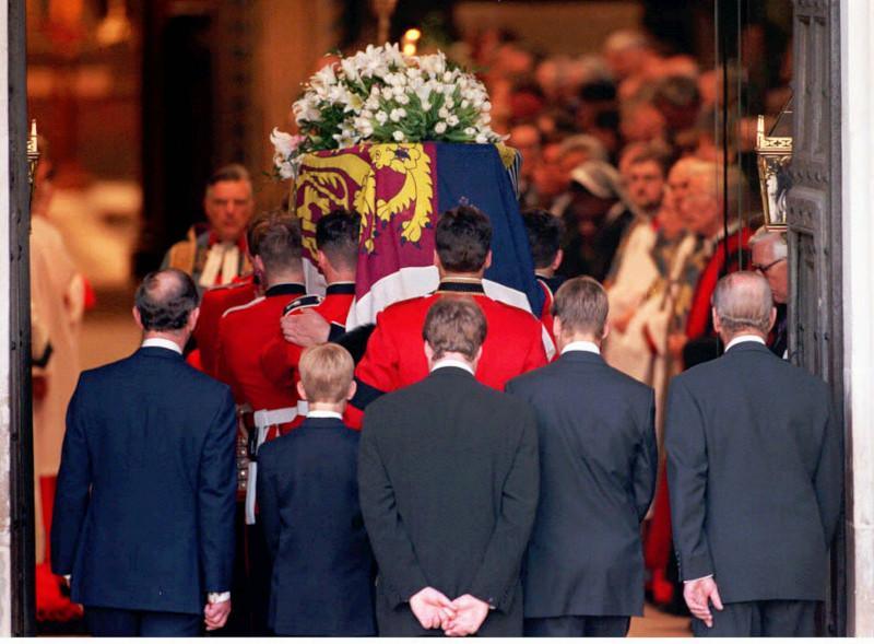 Οι γιοι της πριγκίπισσας Νταϊάνα, Γουίλιαμ και Χάρι, ακολουθούν το φέρετρο της μητέρα τους
