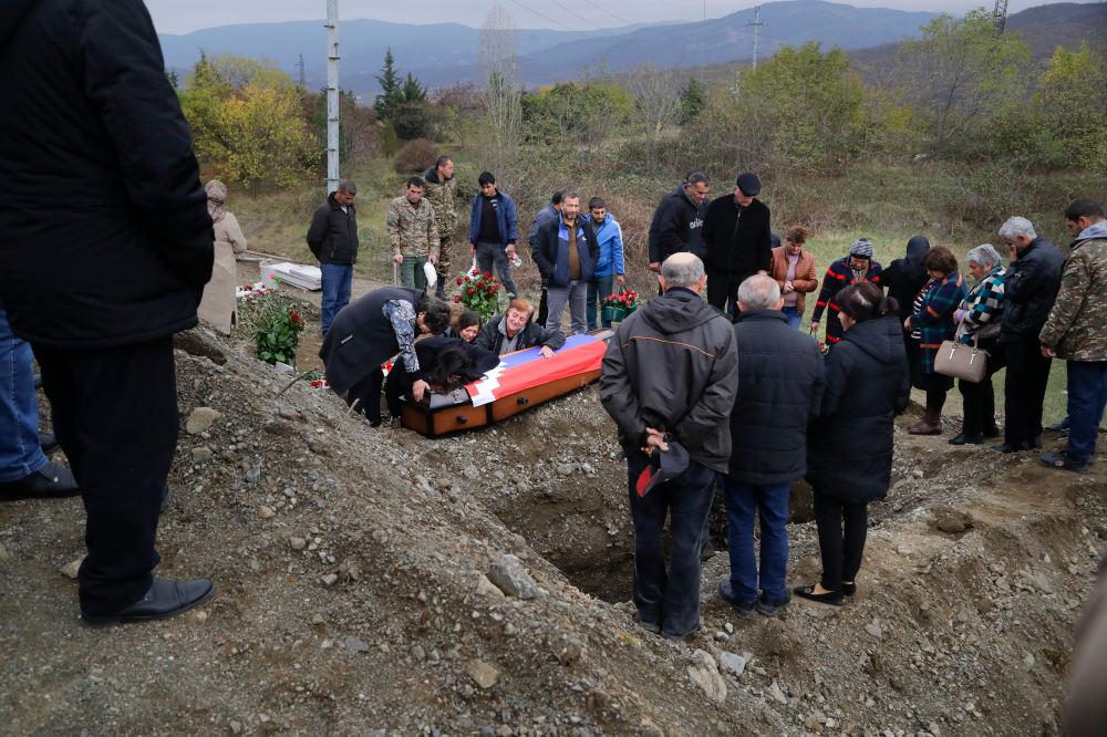 Αρμένιοι κηδεύουν θύμα των συρράξεων στο Ναγκόρνο Καραμπάχ