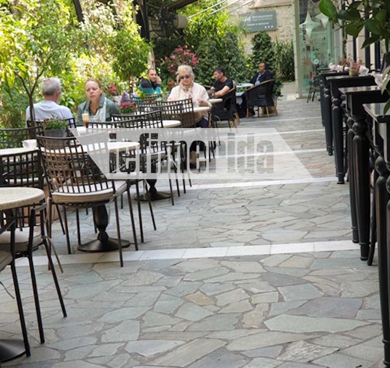 Με αποστάσεις ασφαλείας πήγαν στις καφετέριες και οι κάτοικοι της Κηφισιάς