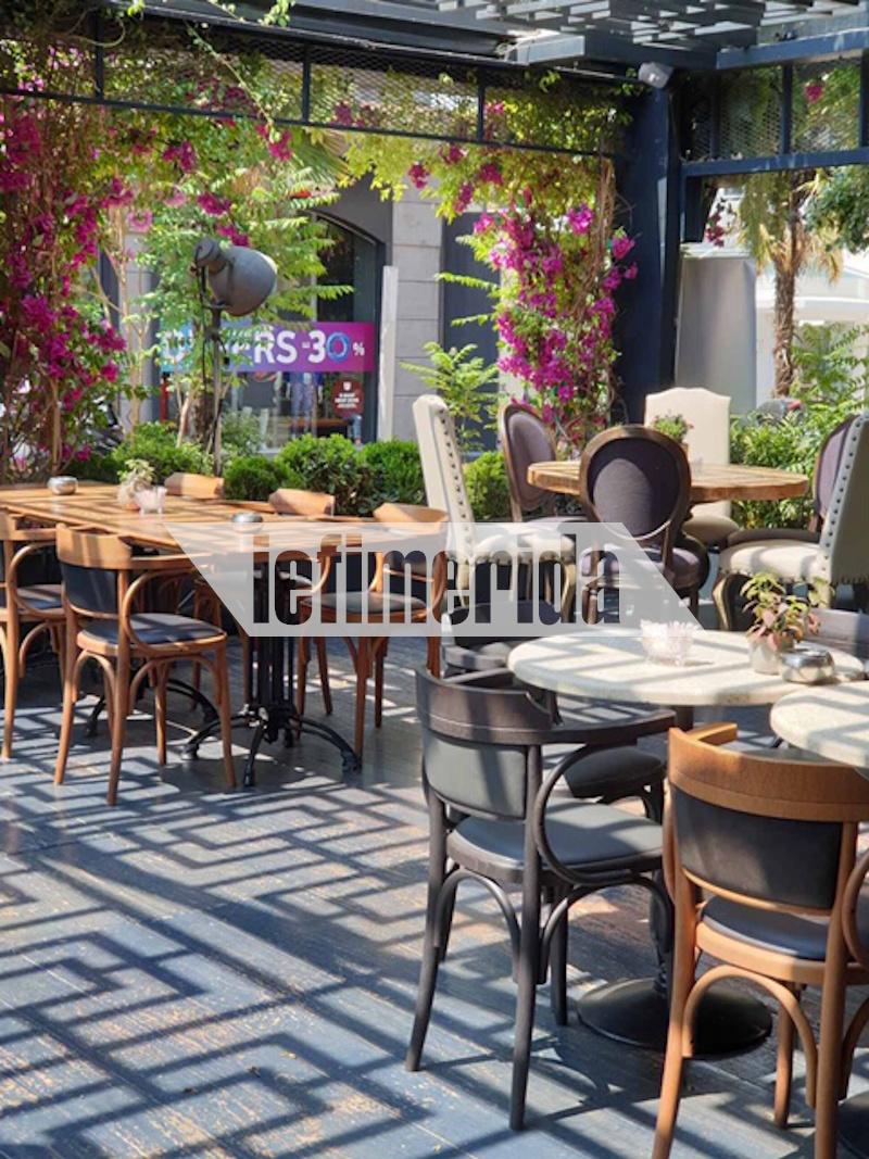 Τραπεζάκια και καρέκλες με τις απαραίτητες αποστάσεις ασφαλείας σε καφετέρια στην Κηφισιά