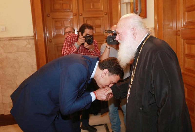 Ο Βασίλης Κικίλιας φιλάει το χέρι του Αρχιεπίσκοπου
