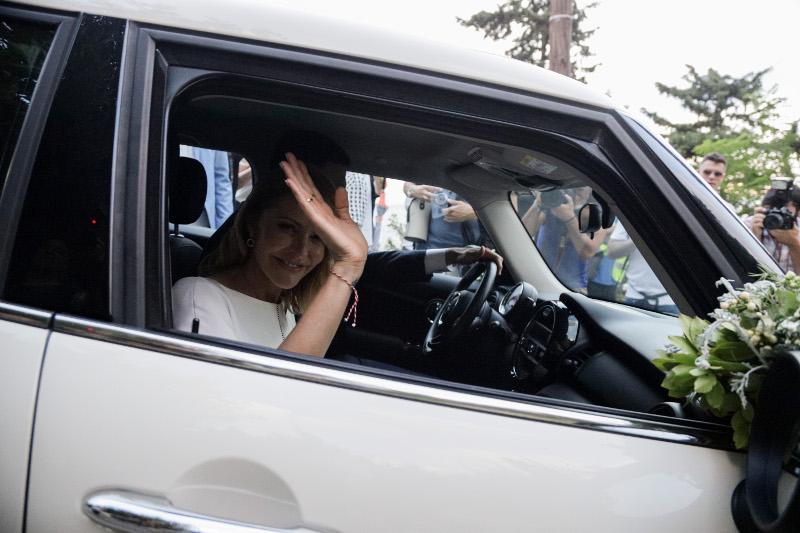 Η Τζένη Μπαλατσινού και ο Βασίλης Κικίλιας αποχωρούν από την εκκλησία / Φωτογραφία: EUROKINISSI