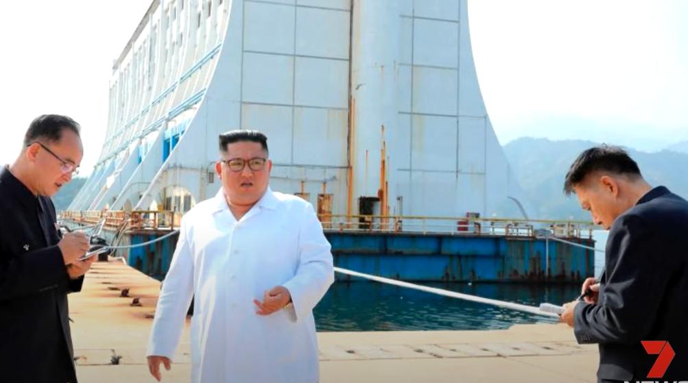 Ο Κιμ Γιονγκ Ουν μπροστά στο πλωτό ξενοδοχείο