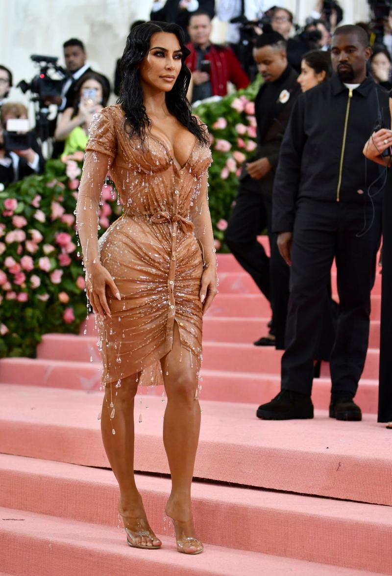 Η Κιμ Καρντάσιαν με θεόστενο nude φόρεμα