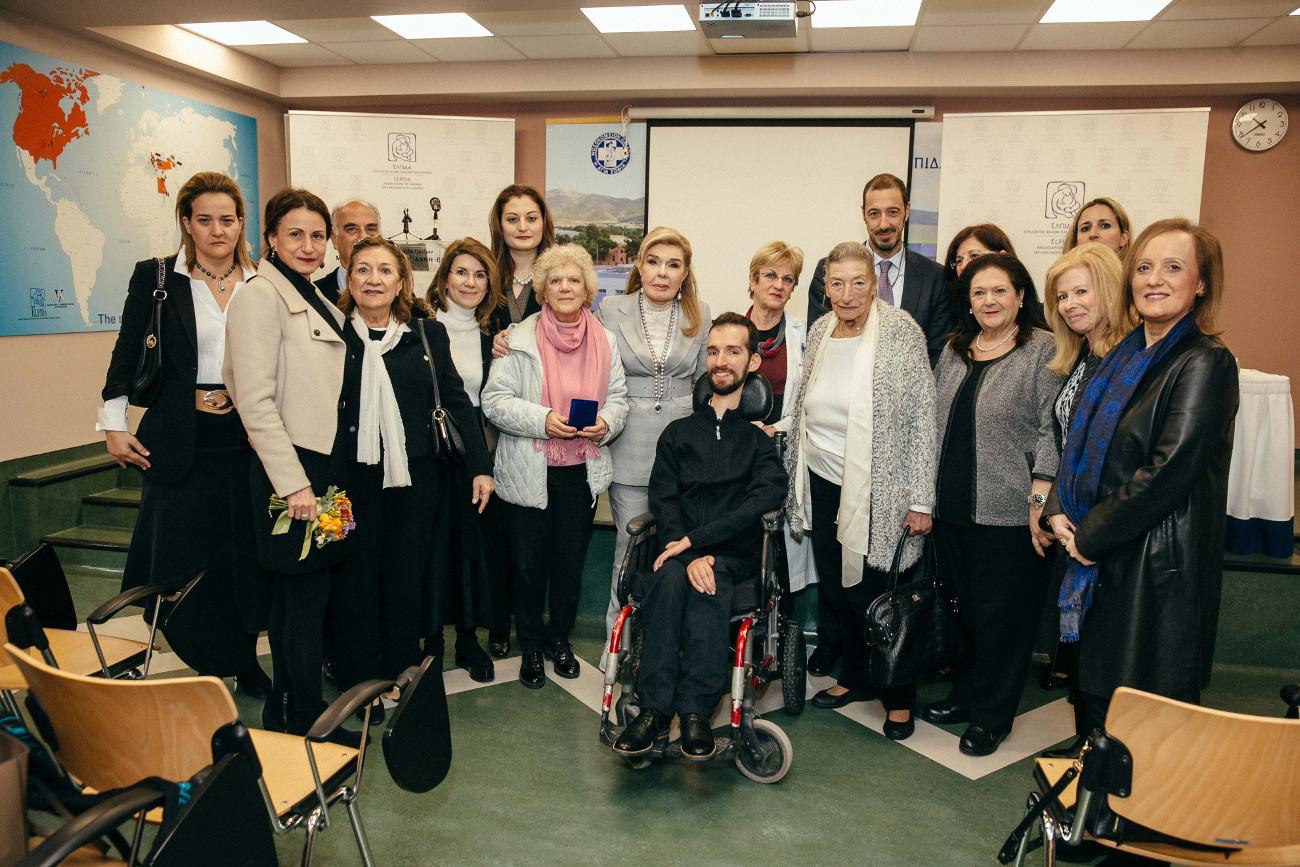 Ο Στέλιος Κυμπουρόπουλος με την Μαριάννα Βαρδινογιάννη στην Ογκολογική Παίδων