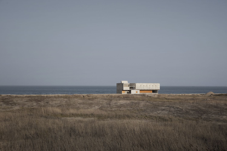 Η βιβλιοθήκη χτίστηκε μακριά από άλλα κτίρια, πάνω στην αμμουδιά