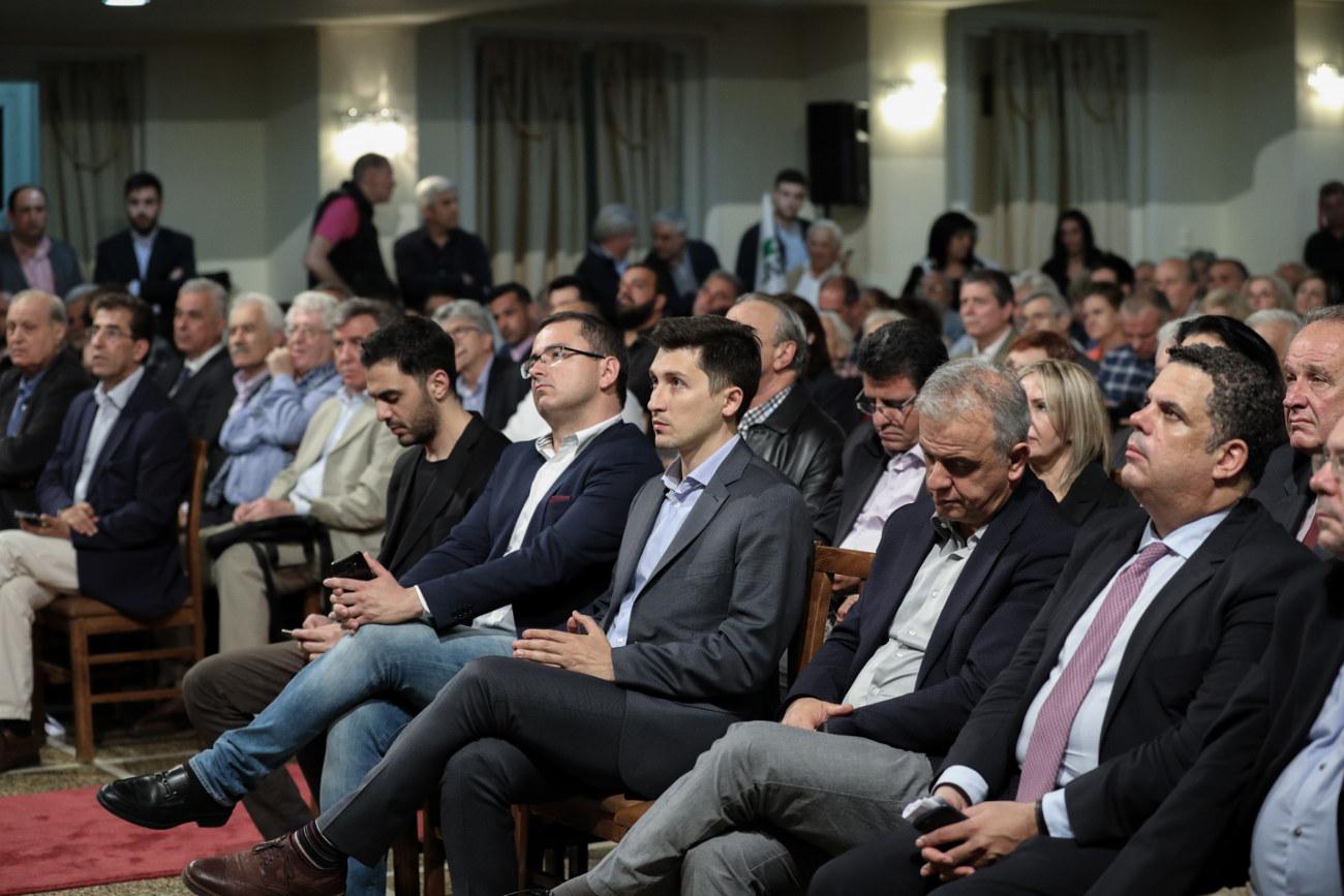 Στελέχη του ΚΙΝΑΛ στην πρώτη σειρά κατά την ομιλία της Φώφης Γεννηματά στον Πειραιά. Ανάμεσά τους διακρίνεται και ο εκπρόσωπος Τύπου του κόμματος, Παύλος Χρηστίδης