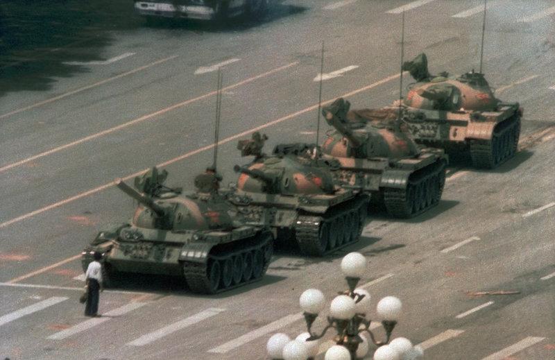 Ένας άντρας στέκεται μπροστά στα τανκ στην πλατεία Τιέν Αν Μεν του Πεκίνου και σταματάει την πορεία τους στην διασημότερη φωτογραφία της φοιτητικής εξέγερσης του 1989 που έληξε με τη βίαιη επέμβαση του στρατού