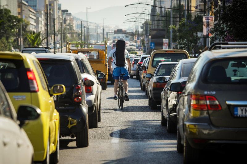 Ενας ποδηλάτης ελίσσεται μέσα στην κίνηση