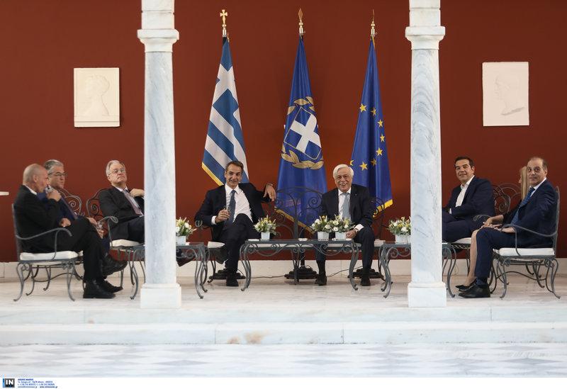 Ο ΠτΔ, ο πρωθυπουργός, οι πολιτικοί αρχηγοί και ο πρόεδρος της Βουλής στο κιόσκι