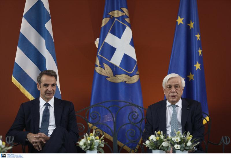 Ο ΠτΔ Προκόπης Παυλόπουλος με τον  πρωθυπουργό Κυριάκο Μητσοτάκη στο κιόσκι