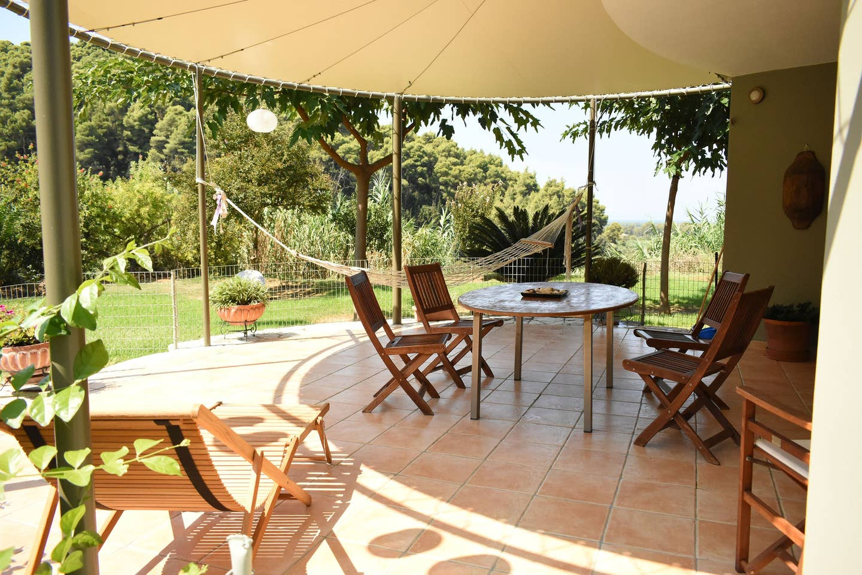 Κήπος σπιτιού με τραπέζι