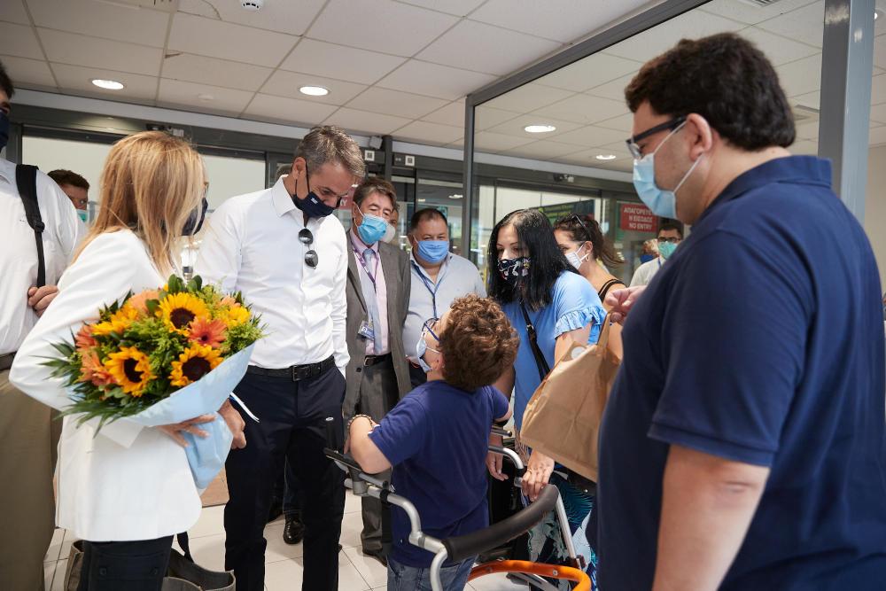 Κυριάκος και Μαρέβα Μητσοτάκη κατά την άφιξή τους στο αεροδρόμιο της Ρόδου