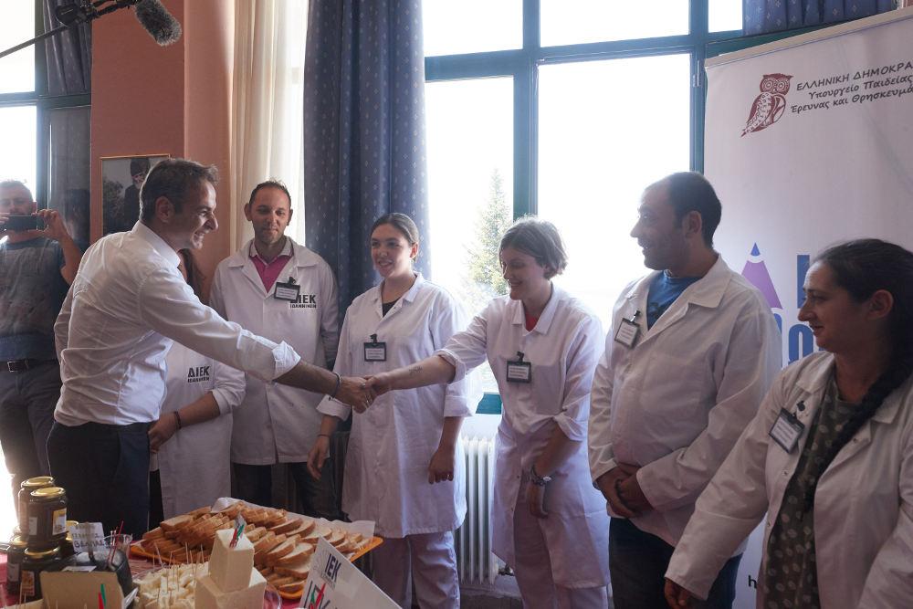 Ο Κυριάκος Μητσοτάκης σε συνάντησή του με εργαζόμενους στη Γαλακτοκομική Σχολή στα Ιωάννινα