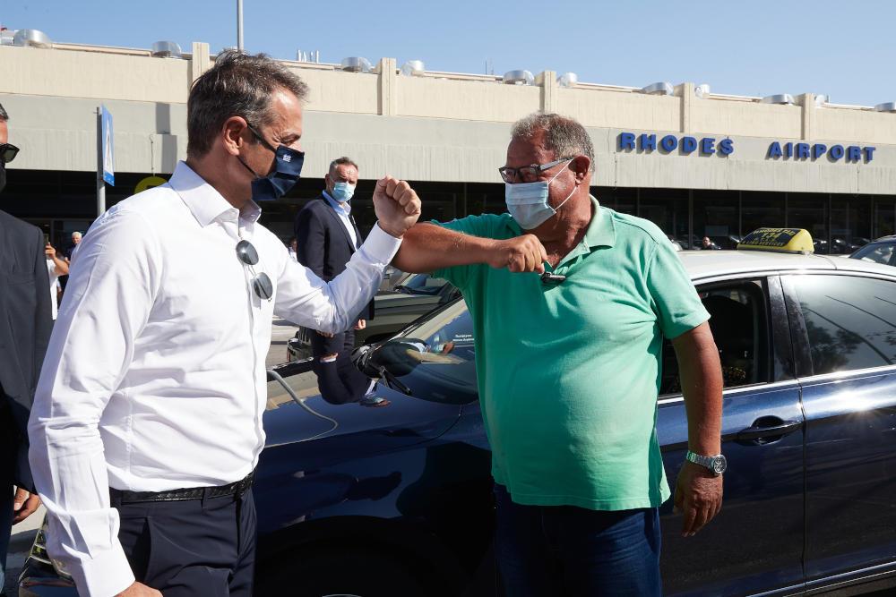 Ο Πρωθυπουργός χαιρέτισε πολίτες στο αεροδρόμιο της Ρόδου