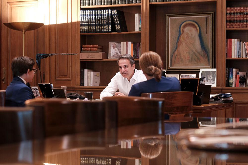 Στο γραφείο του Μαξίμου υποδέχτηκε ο Κυριάκος Μητοστάκης τον 13χρονο που διακρίθηκε στον διεθνή διαγωνισμό ποίησης