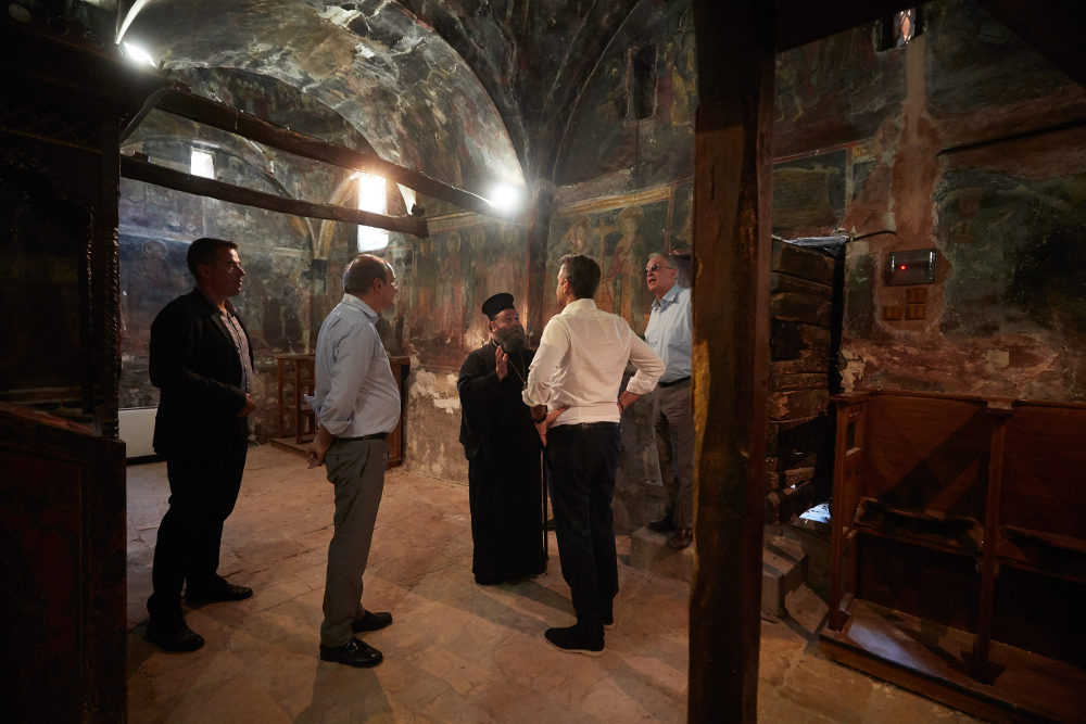 O Κυριάκος Μητσοτάκης στο εσωτερικό της Ιεράς Μονής Βελλά στα Ιωάννινα