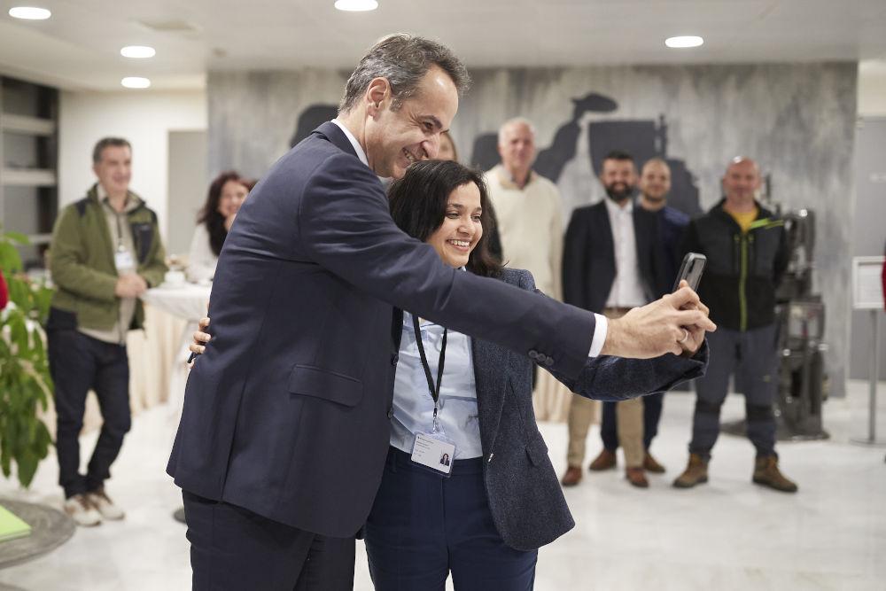 Ο Κυριάκος Μητσοτάκης έβγαλε selfie με εργαζομένους της Pharmathen/ Φωτογραφία: InTime News