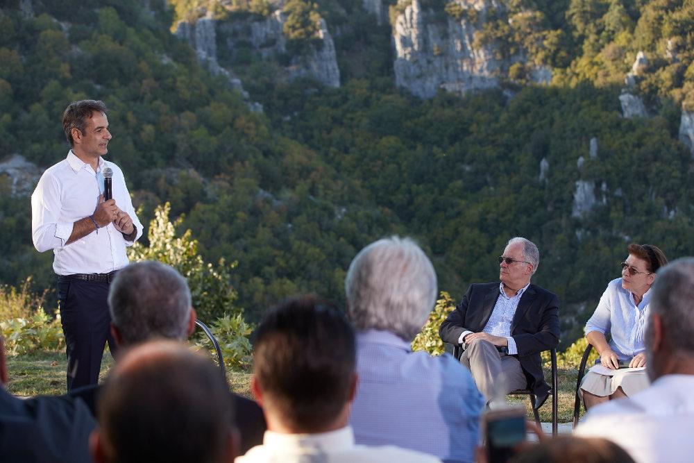 Σε ερωτήσεις κατοίκων της περιοχής απάντησε ο Κυριάκος Μητσοτάκης στα Ζαγοροχώρια / Φωτογραφία: Intime