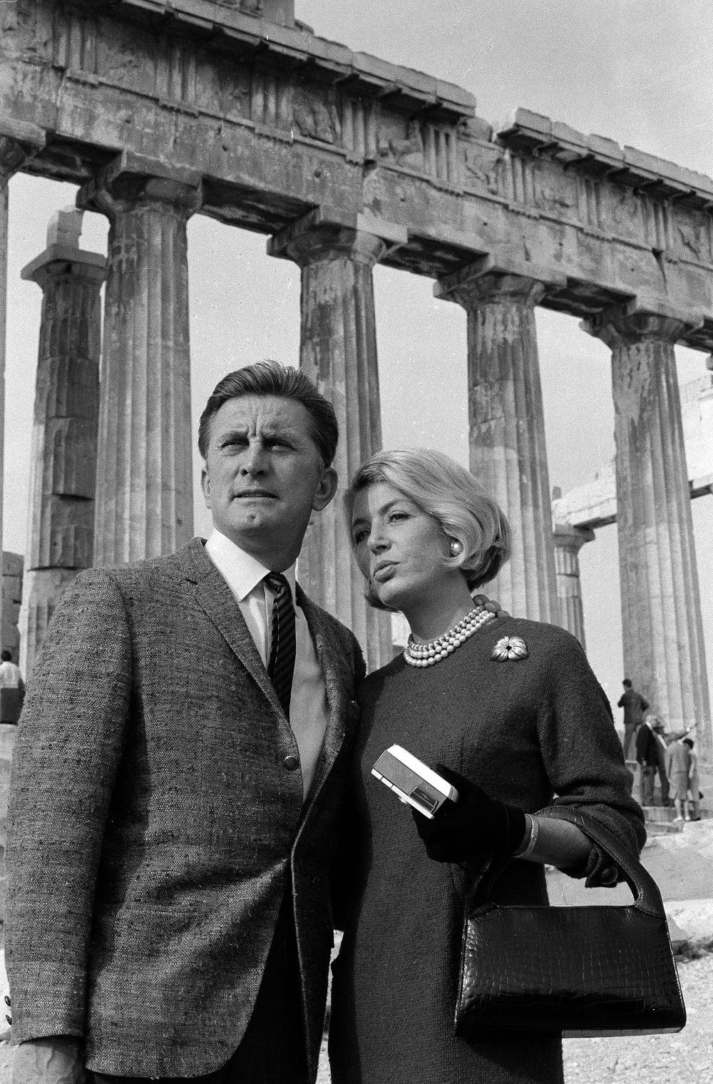 Ο Κερκ Ντάγκλας και η σύζυγός του Αν σε επίσκεψή τους στην Ακρόπολη