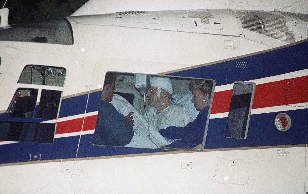 Ο Κερκ Ντάγκλας με την σύζυγό του Αν σε ελικόπτερο που τον μεταφέρει σε νοσοκομείο μετά το αεροπορικό ατύχημά του