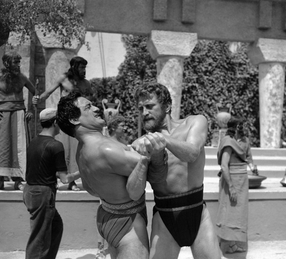 Η αθλητική του κατάσταση ήταν εμφανής και στις ταινίες. Ο Κερκ Ντάγκλας υπήρξε στα νιάτα του δεινός πυγμάχος