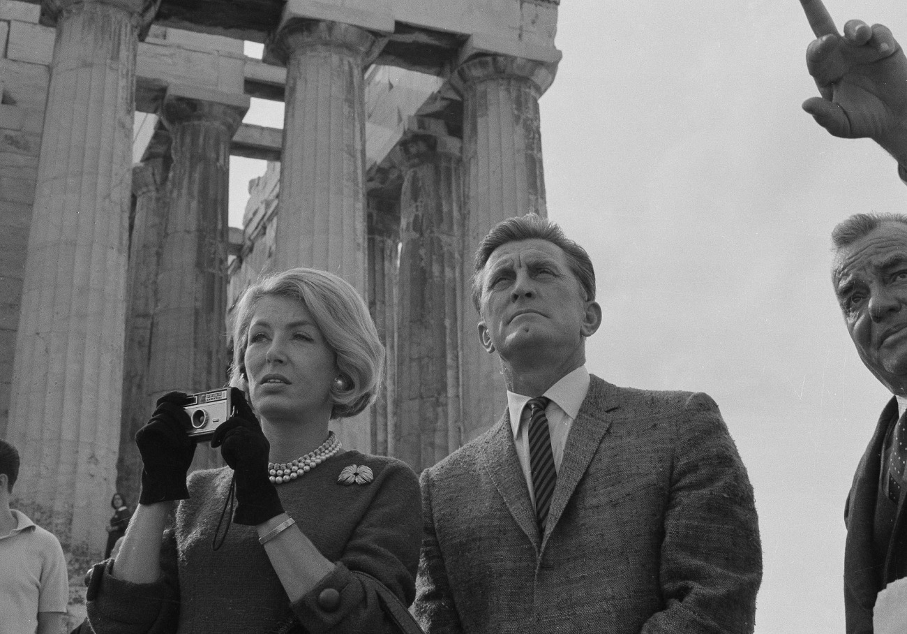 Ο Κερκ Ντάγκλας και η σύζυγός του στην Ακρόπολη