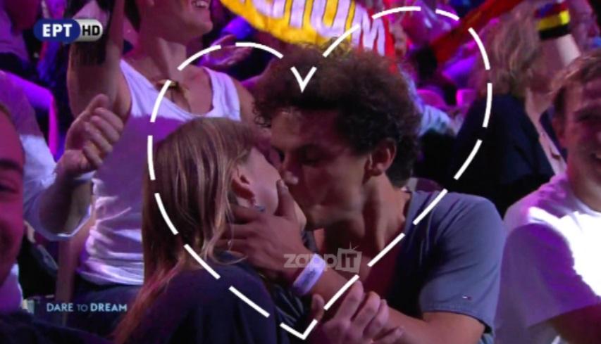 Νεαρό ζευγάρι φιλιέται την ώρα που τραγουδά η Dana International