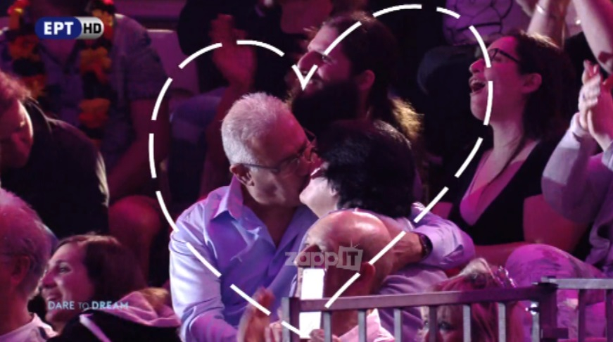 Ζευγάρι ηλικιωμένων φιλιέται στην Eurovision