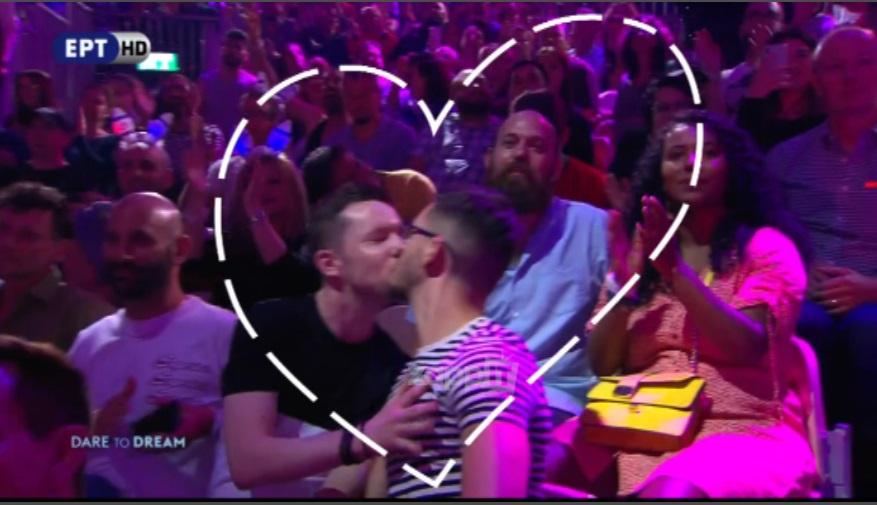 Ένα από τα γκέι ζευγάρι που φιλήθηκαν στην kiss cam