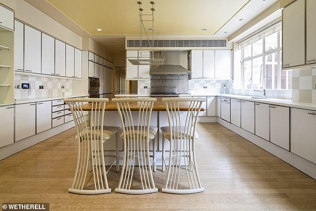 Η πελώρια κουζίνα της κατοικίας μπορεί να χωρέσει πολλά άτομα