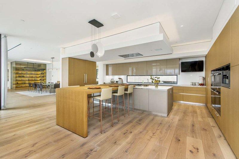 Η κουζίνα με την ανοιχτή διαρρύθμιση, που κυριαρχεί το ξύλο και το μέταλλο