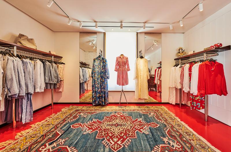Γυναικεία ρούχα σε κατάστημα