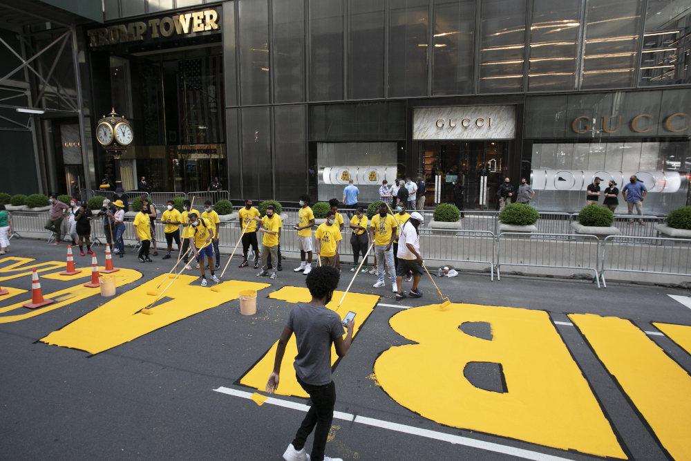 Με ρολά και κίτρινη μπογιά γράφτηκε στο οδόστρωμα το σύνθημα «Οι ζωές των μαύρων έχουν σημασία»