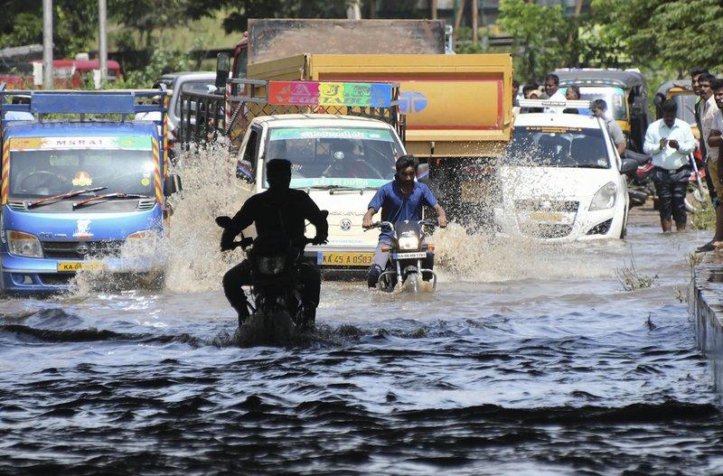 Πλημμύρισαν οι δρόμοι από τις σφοδρές βροχοπτώσεις