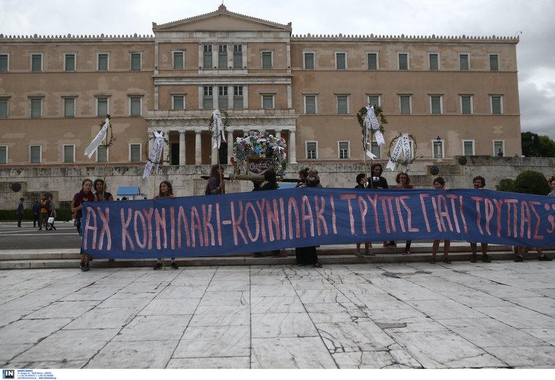 Πολίτες συγκεντρώθηκαν με πανό έξω από τη Βουλή, διαμαρτυρόμενοι για την κλιματική αλλαγή / Φωτογραφία: Intimenews/ΤΖΑΜΑΡΟΣ ΠΑΝΑΓΙΩΤΗΣ